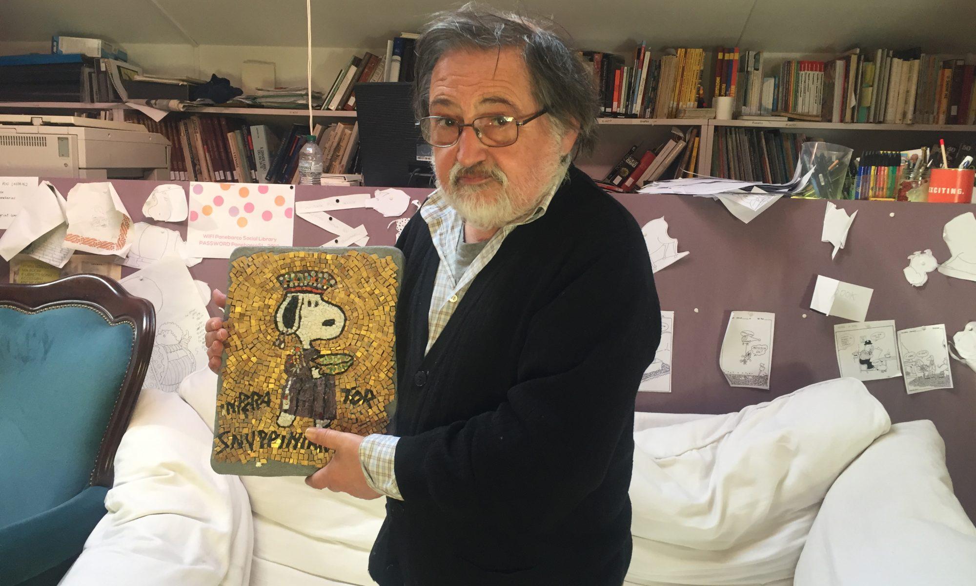 """Immagine di Daniele Panebarco con il mosaico realizzato da lui e Marco Bravura per la mostra di Roma """"Il mondo di Snoopy"""""""