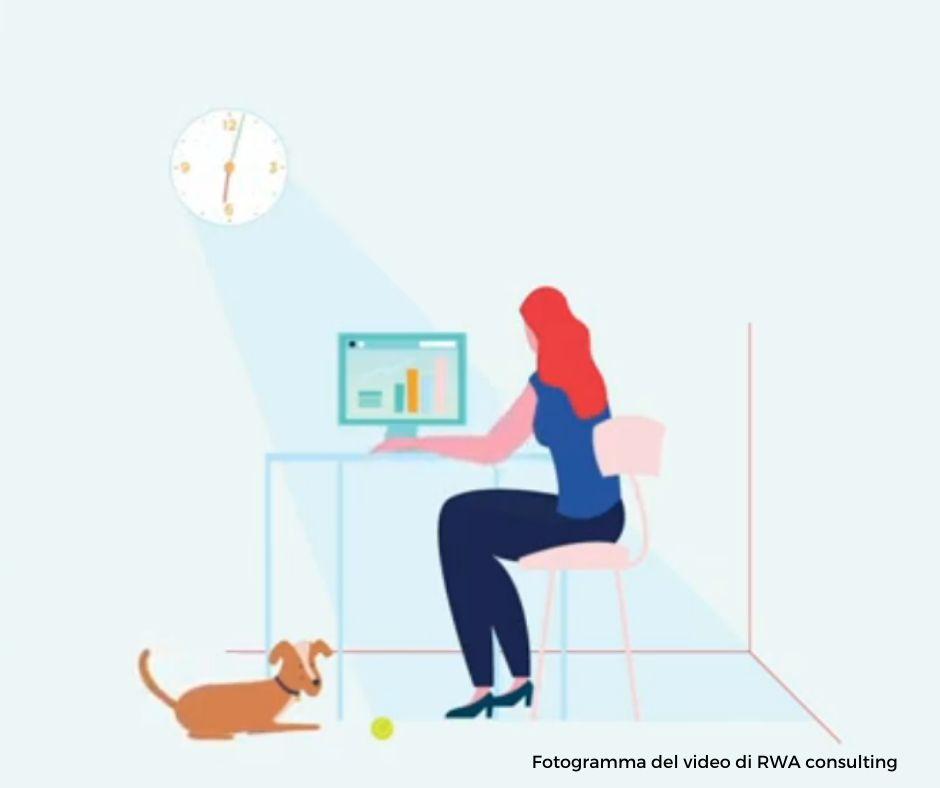 un fotogramma dal video di RWA consulting sullo smartworking che ritrae una donna alla scrivania di casa propria con un computer davanti e un cane ai piedi