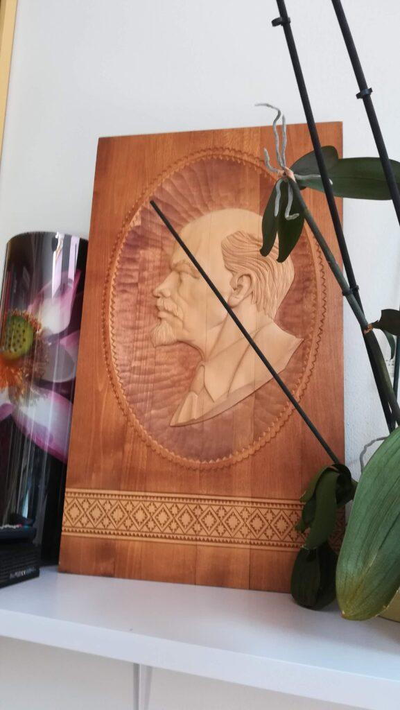 Il quadro di Lenin intarsiato nel legno